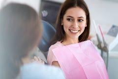 Zahnarzt und Patient im Zahnarztbüro lizenzfreie stockbilder