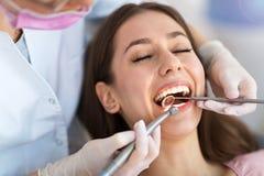 Zahnarzt und Patient im Zahnarztbüro Lizenzfreie Stockfotos