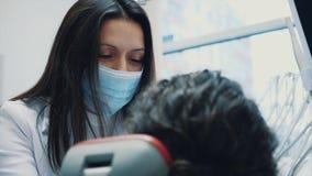 Zahnarzt und Patient Junger schöner Zahnarzt, der Zähne einer schönen jungen Frau im Büro des Zahnarztes repariert zahnarzt stock video footage