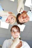 Zahnarzt und Zahnarzthelfer, die nachdenklich schauen Stockfotografie