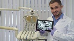 Zahnarzt zeigt seinen Finger auf dem Röntgenstrahl stock video footage