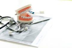 Zahnarztarbeit auf dem Tisch mit Gebiss- und Zahnr?ntgenstrahl stockfotos