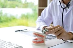 Zahnarztarbeit auf dem Tisch mit Gebiss- und Zahnr?ntgenstrahl lizenzfreie stockfotografie