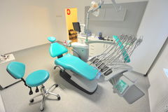 Zahnarztbüro - stützender Stuhl und Geräte Lizenzfreie Stockfotografie