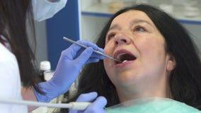 Zahnarzthelfer stellt die Wurzelplanierung für Patienten zur Verfügung stock footage