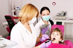 Zahnarztkrankenschwester und -kind Stockfoto