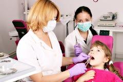 Zahnarztkrankenschwester und Patient des kleinen Mädchens Lizenzfreie Stockfotos