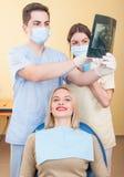 Zahnarztmann und weiblicher Assistent Stockbilder