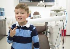 Zahnarztpatient in einem Klinikkasten Stockbilder