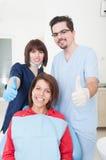 Zahnarztteam und -patient mit den Daumen-oben Lizenzfreie Stockfotos