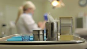 Zahnarztwerkzeuge im Metallbehälter auf Tabellennahaufnahme stock video