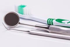 Zahnbürste auf dem Tisch lizenzfreie stockfotos