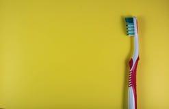 Zahnbürste auf einem gelben Hintergrund im Stil der Pop-Art stockbilder
