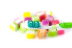 Zahnbürste auf Süßigkeitshintergrund Lizenzfreie Stockfotografie