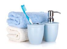 Zahnbürste, Seife und zwei Tücher Stockbild