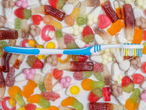 Zahnbürste und Bonbons lizenzfreies stockfoto