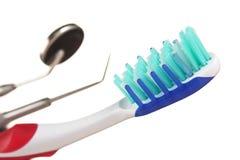 Zahnbürste und zahnmedizinische Instrumente lizenzfreie stockfotos