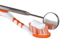 Zahnbürste und zahnmedizinische Instrumente stockfotos