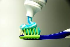 Zahnbürste und Zahnpasta Stockfotografie