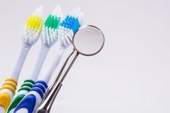 Zahnbürsten auf dem Tisch stockbild