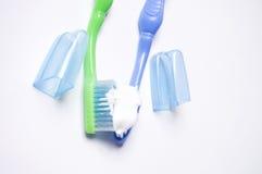 Zahnbürsten auf einem weißen Hintergrund Lizenzfreies Stockfoto