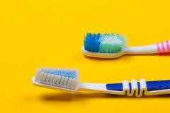 Zahnbürsten auf gelbem Hintergrund Stockbild