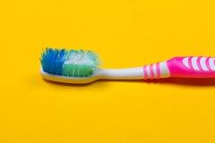 Zahnbürsten auf gelbem Hintergrund Lizenzfreie Stockfotos