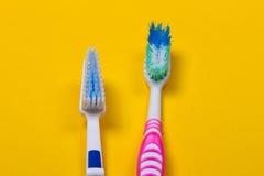 Zahnbürsten auf gelbem Hintergrund Stockfotos