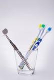 Zahnbürsten in einem Glas lizenzfreie stockfotografie