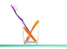 Zahnbürsten im Glas Stockbilder