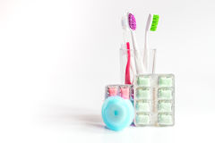 Zahnbürsten im Glas auf weißen Hintergrundwerkzeugen für Zahnpflege Stockfotografie