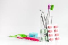 Zahnbürsten im Glas auf weißen Hintergrundwerkzeugen für Zahnpflege Stockbild