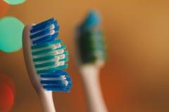 Zahnbürsten im Makro auf schönem undeutlichem Hintergrund Lizenzfreie Stockfotografie