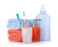 Zahnbürsten, Shampooflaschen und zwei Tücher Stockbilder