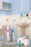 Zahnbürsten und Zahnpasta Stockfoto