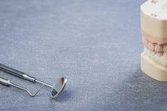 Zahnform mit zahnmedizinischen Werkzeugen Lizenzfreies Stockfoto