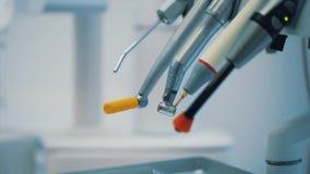 Zahnheilkunde, Medizin, medizinische Ausrüstung Zahnmedizinische Instrumente Konzepte - Nahaufnahme der Lampen und der Zahnarztei stock video