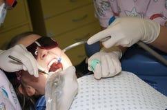 Zahnmedizinische Überprüfung des Kindes Lizenzfreies Stockfoto