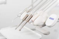 Zahnmedizinische Ausrüstung, die in der Stomatologie aufstellt stockbilder