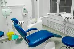 Zahnmedizinische Büroeinrichtung, zahnmedizinischer Stuhl, Zahnheilkunde lizenzfreie stockbilder