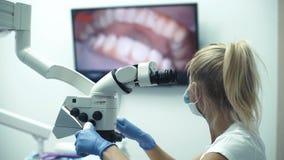 Zahnmedizinische Bürospezialistenwerkzeuge, zahnmedizinische mündlichkamera der Intro mit Livebild von Zähnen auf dem Monitor stock video footage