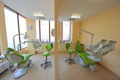 Zahnmedizinische Behandlungdoppelstühle - Zahnarztbüro Lizenzfreie Stockbilder