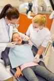 Zahnmedizinische Überprüfung des Kindes an der Stomatologieklinik Lizenzfreie Stockfotos