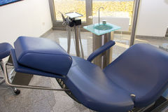 Zahnmedizinische blaue Stuhlausrüstungstechnologie 1 Stockbilder