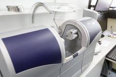 Zahnmedizinische computergestützte Maschine CAD/CAM stockbild