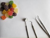 zahnmedizinische Ger?te f?r Mundbericht und Bonbons mit hohem Zuckergehalt auf der wei?en Tabelle stockfoto