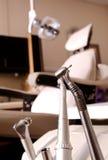 Zahnmedizinische Hilfsmittel bohren und sitzen vor stockfotografie
