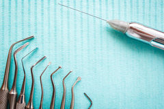Zahnmedizinische Instrumente auf blauer Serviette Draufsicht mit Kopienraum für Text stockfotografie