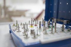 Zahnmedizinische Instrumente für implantology durch Kieferchirurgie im zahnmedizinischen Büro stockfoto