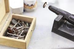 Zahnmedizinische Instrumente im Zahnheilkundelabor lizenzfreie stockfotografie